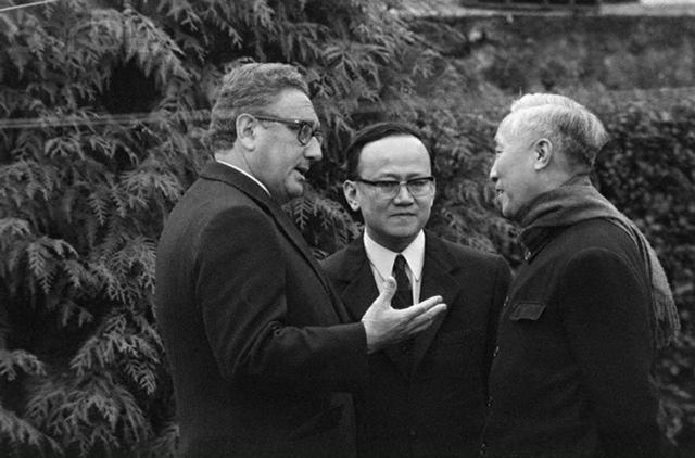Henry Kissinger avec Lé Duc Tho après le traité de Paris (Janvier 1973) mettant fin à la guerre du Vietnam