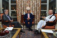 Abdullah Abdullah avec le secrétaire d'État John Kerry et Arhraf Ghani