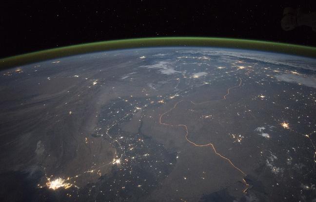La frontière entre l'Inde et le Pakistan la nuit depuis l'espace